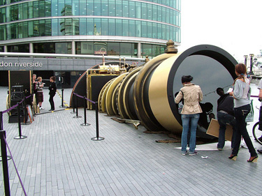 Crowds surrond the Telectroscope in London